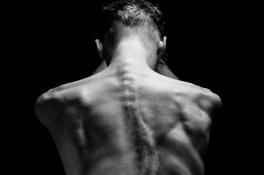 Max Looman (22) houdt nu zijn rug recht: 'Mijn kromme rug en tics maken mij alles behalve saai'