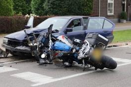 Motor botst bij het inhalen frontaal op auto, bestuurder zwaargewond