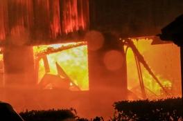 Uitslaande brand verwoest loods met hout en hooi in Gemert