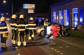 Auto botst tegen woonhuis in Uden na verkeersongeval, twee gewonden