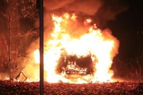 Auto in vlammen op in bossen Uden