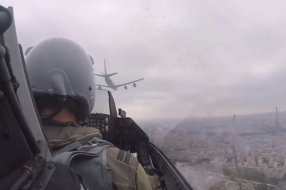 F-16 van vliegbasis Volkel scheert op 300 meter hoogte boven Parijs [VIDEO]