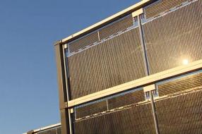 Geluidswal van zonnepanelen langs A50 officieel geopend