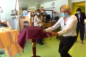 Illusionist Hans Klok verrast patiënten met show in Bernhoven ziekenhuis