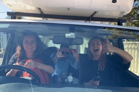 Kim en Yvette rijden in een kampeerbusje 2600 kilometer door Australië in de Awesome Aussie Race