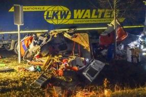 Ravage bij ongeluk in Uden, vrachtauto en bestelbus botsen tegen elkaar