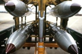 Tientallen mensen vieren verbod kernwapens bij vliegbasis Volkel