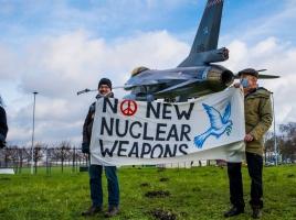 Feestje bij de poort van vliegbasis Volkel omdat kernwapens niet meer mogen